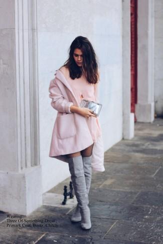 Модный лук: Розовое пальто, Розовое шелковое платье прямого кроя, Серые замшевые ботфорты, Серебряный клатч