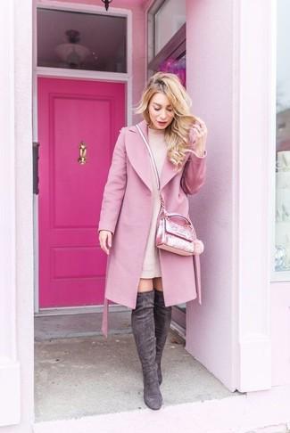 С чем носить темно-серые замшевые ботфорты: Несмотря на то, что это достаточно простой наряд, ансамбль из розового пальто и розового платья-свитера продолжает завоевывать сердца многих модниц. Вкупе с этим ансамблем чудесно смотрятся темно-серые замшевые ботфорты.