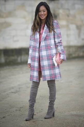 Как и с чем носить: розовое пальто в шотландскую клетку, розовое кружевное платье-футляр, серые замшевые ботфорты, розовый кожаный клатч