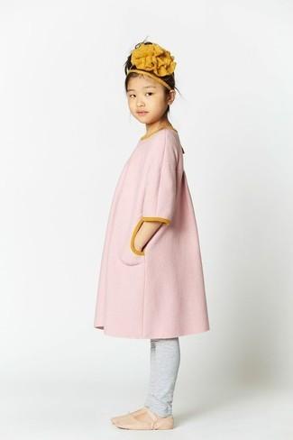 Как и с чем носить: розовое пальто, серые леггинсы, бежевые балетки, горчичный ободок/повязка
