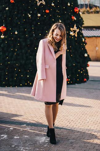 Как и с чем носить: розовое пальто, черное кружевное облегающее платье, черные замшевые ботильоны