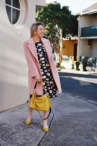 Как и с чем носить: розовое пальто, черное платье с плиссированной юбкой с цветочным принтом, горчичные кожаные балетки, горчичная кожаная большая сумка