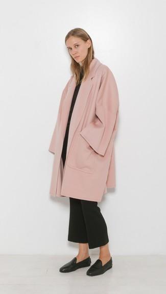 Как и с чем носить: розовое пальто, черный свитер с круглым вырезом, черные брюки-клеш, черные кожаные лоферы