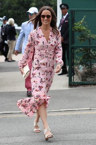 Женские луки в жару: Розовое шелковое платье-макси с цветочным принтом можно надеть на дневную прогулку или на обед с друзьями в уютном заведении. Белые кожаные босоножки на каблуке становятся превосходным дополнением к твоему луку.