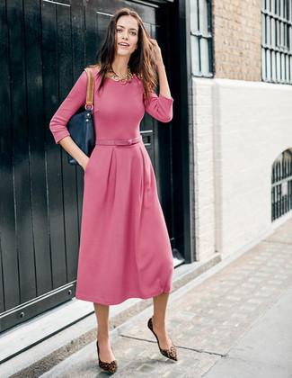 Как и с чем носить: розовое платье-миди, коричневые замшевые балетки с леопардовым принтом, темно-синяя кожаная большая сумка, золотое колье