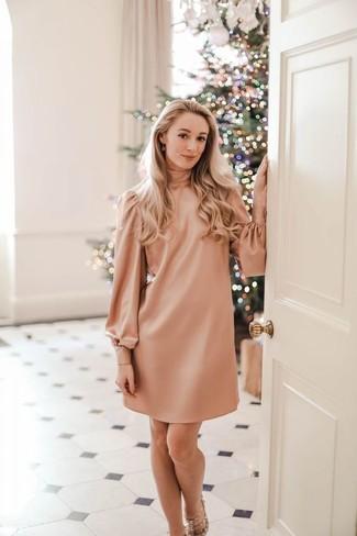Как и с чем носить: розовое платье прямого кроя, бежевые кожаные босоножки на каблуке с шипами