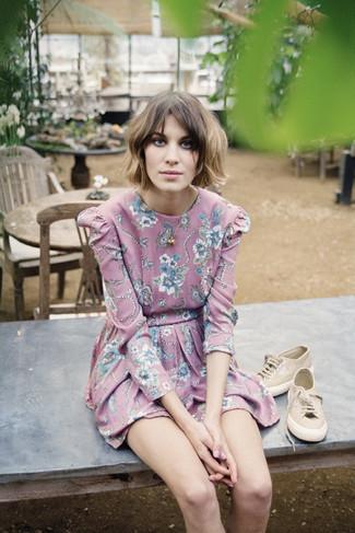 Как и с чем носить: розовое платье с плиссированной юбкой с цветочным принтом, светло-коричневые низкие кеды, золотая подвеска