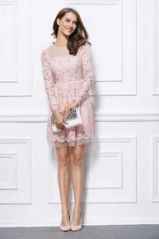 Как и с чем носить: розовое кружевное платье с пышной юбкой, бежевые кожаные туфли, белый кожаный клатч с украшением, черное кольцо