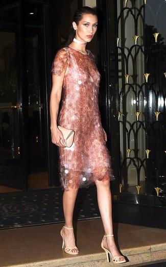 Как и с чем носить: розовое платье-футляр с пайетками, бежевые кожаные босоножки на каблуке, бежевый кожаный клатч, розовое ожерелье-чокер
