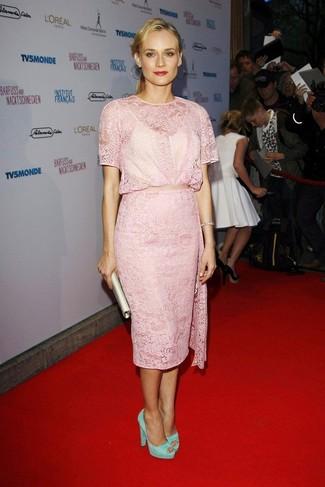 Как и с чем носить: розовое кружевное платье-футляр, мятные замшевые туфли, бежевый сатиновый клатч, серебряный браслет