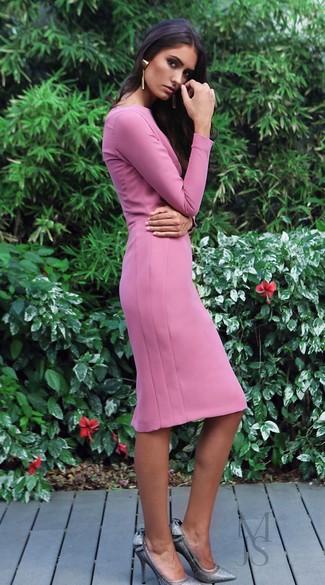 Как и с чем носить: розовое платье-футляр, серебряные туфли с пайетками, золотые серьги