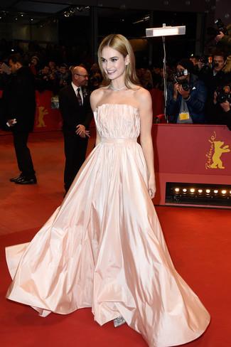 розовое сатиновое вечернее платье со складками серебряные туфли с пайетками с украшением large 8701