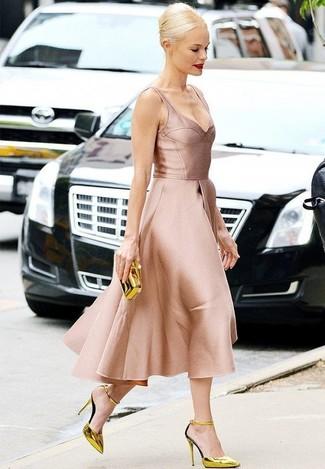 Как и с чем носить: розовое сатиновое платье с пышной юбкой, золотые кожаные туфли, золотой клатч