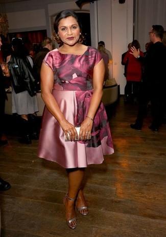 Как и с чем носить: розовое шелковое платье с плиссированной юбкой с цветочным принтом, серебряные кожаные босоножки на каблуке, серебряный кожаный клатч