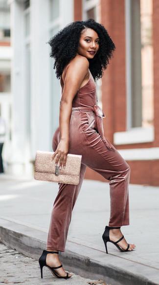 Как и с чем носить: розовый бархатный комбинезон, черные сатиновые босоножки на каблуке, золотой кожаный клатч