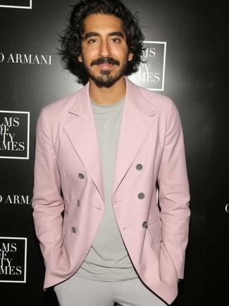 розовый двубортный пиджак бежевая футболка с круглым вырезом бежевые классические брюки large 24841
