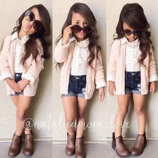 Как и с чем носить: розовый кардиган, белая классическая рубашка, темно-синие джинсовые шорты, коричневые ботинки