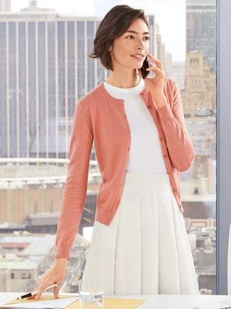 Как и с чем носить: розовый кардиган, белая кофта с коротким рукавом, белая пышная юбка
