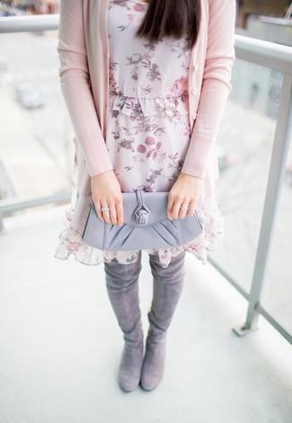 Как и с чем носить: розовый кардиган, розовое шифоновое платье прямого кроя с цветочным принтом, серые замшевые ботфорты, серый кожаный клатч
