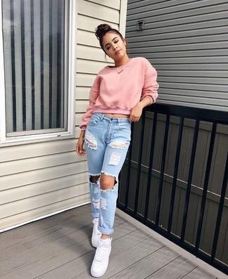 Как и с чем носить: розовый короткий свитер, голубые рваные джинсы-бойфренды, белые кожаные высокие кеды