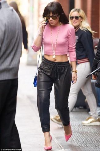 розовый короткий свитер черные пижамные штаны ярко розовые туфли синий клатч large 1635