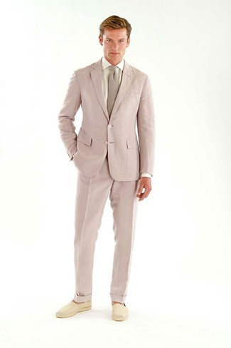 Как и с чем носить: розовый костюм, белая классическая рубашка, бежевые эспадрильи из плотной ткани, розовый галстук