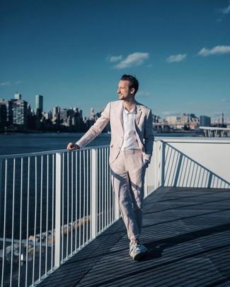 Как и с чем носить: розовый костюм, белая льняная рубашка с длинным рукавом, белые низкие кеды