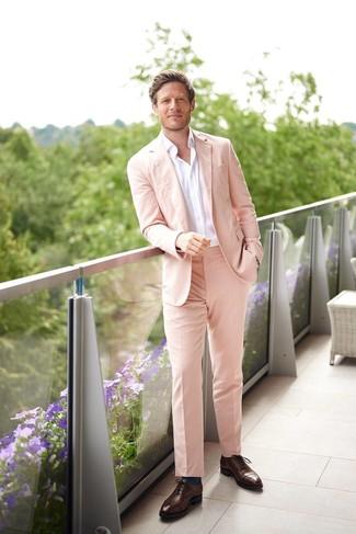 Как и с чем носить: розовый костюм, белая рубашка с длинным рукавом, темно-коричневые кожаные оксфорды, темно-бирюзовые носки