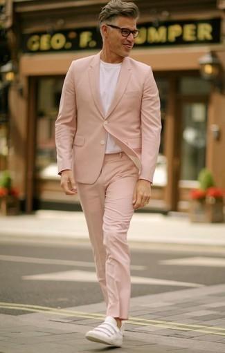 Розовый костюм: с чем носить и как сочетать: Если ты из той категории джентльменов, которые разбираются в моде, тебе полюбится сочетание розового костюма и белой футболки с круглым вырезом. Нравится экспериментировать? Дополни ансамбль белыми кожаными низкими кедами.