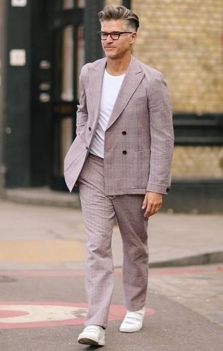Розовый костюм: с чем носить и как сочетать: Розовый костюм в паре с белой футболкой с круглым вырезом легко вписывается в разные дресс-коды. Такой лук несложно приспособить к повседневным нуждам, если надеть в тандеме с ним белые кожаные низкие кеды.