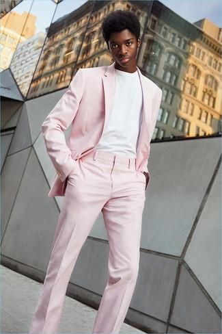 Как и с чем носить: розовый костюм, белая футболка с круглым вырезом