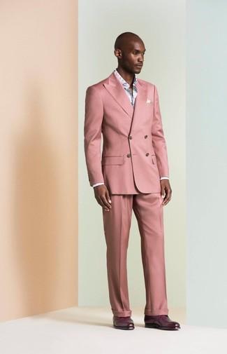 Как и с чем носить: розовый костюм, голубая рубашка с длинным рукавом с цветочным принтом, темно-пурпурные кожаные туфли дерби