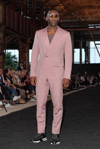 Как и с чем носить: розовый костюм, пурпурная футболка с круглым вырезом, черные кроссовки, коричневые солнцезащитные очки