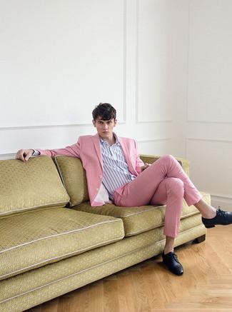 Как и с чем носить: розовый костюм, светло-фиолетовая классическая рубашка в вертикальную полоску, черные кожаные туфли дерби