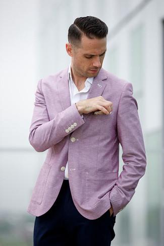 Как и с чем носить: розовый пиджак, белая рубашка с длинным рукавом, темно-синие брюки чинос, бежевый нагрудный платок