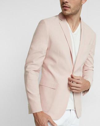 Сочетание розового пиджака и белых брюк чинос — великолепный офисный вариант.