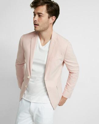 Розовый пиджак и белые джинсы — прекрасный вариант для создания образа в стиле smart casual.