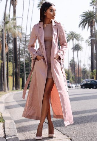 Как и с чем носить: розовый плащ, розовое облегающее платье, розовые кожаные туфли