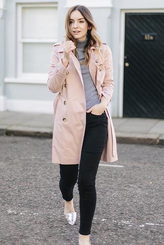 Как и с чем носить: розовый плащ, серая водолазка, черные джинсы скинни, серебряные кожаные балетки