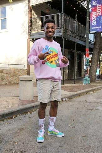 Как и с чем носить: розовый свитер с круглым вырезом с принтом, бежевые шорты, бирюзовые низкие кеды из плотной ткани, белые носки с принтом