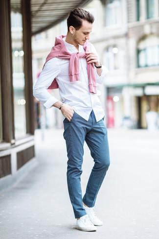 Как и с чем носить: розовый свитер с круглым вырезом, белая классическая рубашка, синие классические брюки в клетку, белые низкие кеды