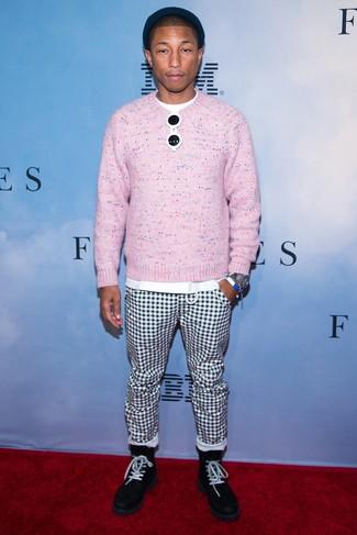 Как и с чем носить: розовый свитер с круглым вырезом, белая футболка с круглым вырезом, бело-черные брюки чинос в клетку, черные замшевые повседневные ботинки