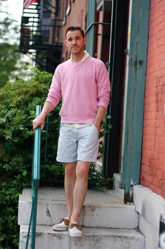 Как и с чем носить: розовый свитер с круглым вырезом, желтая рубашка с длинным рукавом в мелкую клетку, голубые шорты с принтом, белые топсайдеры из плотной ткани