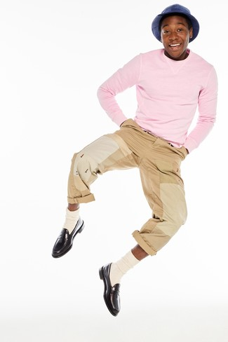Как и с чем носить: розовый свитер с круглым вырезом, светло-коричневые брюки чинос, темно-коричневые кожаные лоферы, бежевые носки