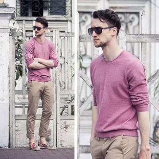 Как и с чем носить: розовый свитер с круглым вырезом, светло-коричневые брюки чинос, черные солнцезащитные очки