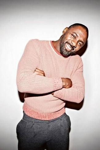 Как и с чем носить: розовый свитер с круглым вырезом, серые шерстяные классические брюки