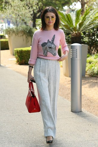 Как и с чем носить: розовый свитер с круглым вырезом с принтом, серые шерстяные широкие брюки, черные кожаные туфли, красная кожаная большая сумка
