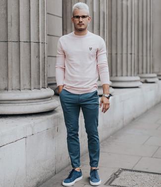 Как и с чем носить: розовый свитер с круглым вырезом, синие брюки чинос, синие замшевые низкие кеды, серебряные часы