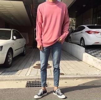 Розовый свитер с круглым вырезом: с чем носить и как сочетать мужчине: Розовый свитер с круглым вырезом и синие зауженные джинсы — must have вещи в гардеробе модного современного жителя большого города. В паре с этим ансамблем органично будут смотреться черно-белые низкие кеды из плотной ткани.
