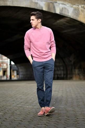Как и с чем носить: розовый свитер с круглым вырезом, темно-синие брюки чинос, розовые кожаные оксфорды